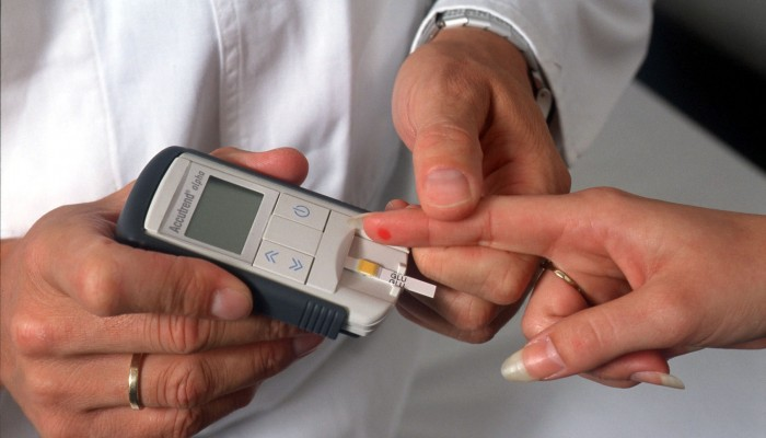 Blutzucker-Messung: Ein Pieks reicht aus, um mit diesem modernen Messgerät die Blutzuckerwerte zu kontrollieren.