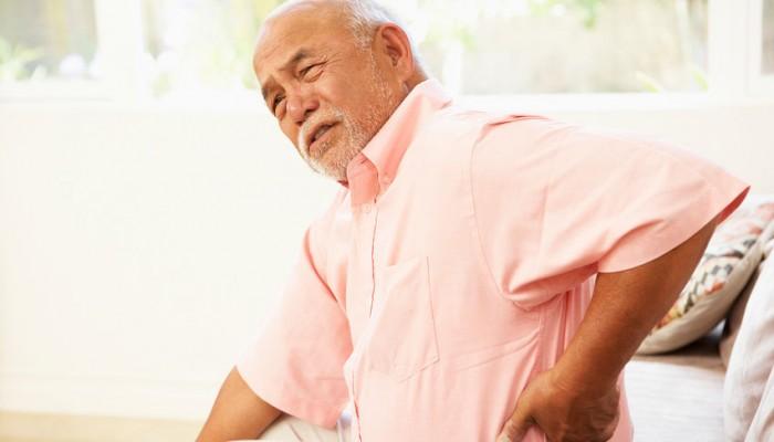 Пожилой мужчина страдает от боли в пояснице