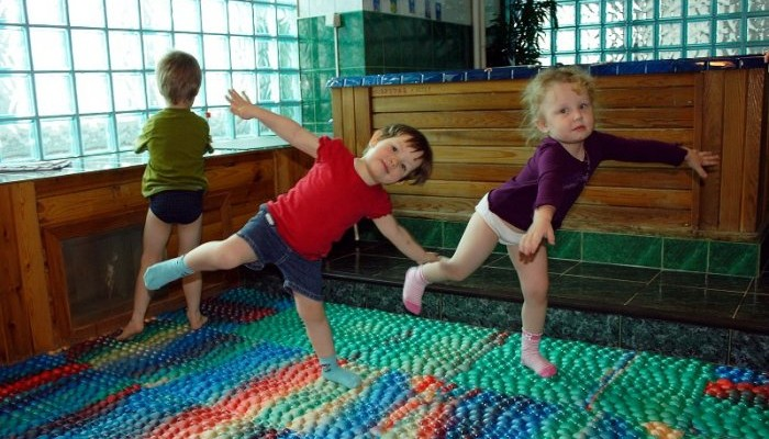 Дети-играют-на-массажном-коврике
