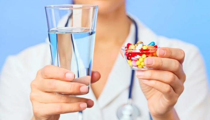 Vrach-derzhit-stakan-vodyi-i-tabletki
